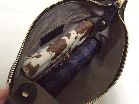 財布と傘と定期が余裕で入る大きさ!