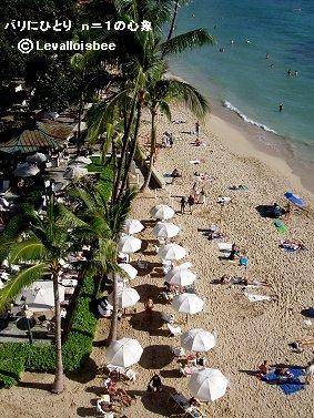 白いパラソルが浜辺にリズムを与えているREVdownsize
