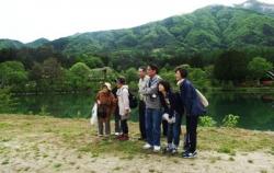 水彩信州スケッチ駒が池にてならざき先生と記念撮影