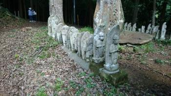 西明寺の不思議な縦一列のお地蔵様