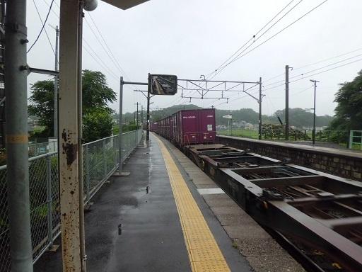 杉田駅を通過する貨物列車