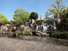14:48 公園には滝もあります