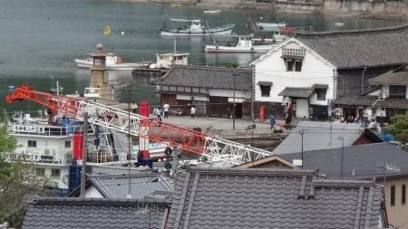 18:10 部屋からの眺め 鞆港、常夜燈が見えます。