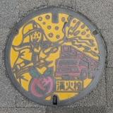 8:08 歩道のマンホール(消火栓) にもバラ