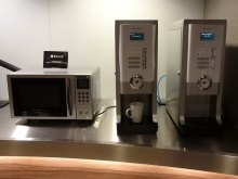 19:54 EV前にコーヒー等のマシンがあります