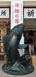 15:12 双鯉の像
