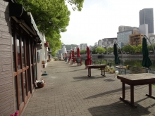 7:56 京橋川沿いの営業前のカフェ(^^ゞ