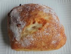 トマト、チーズ入りのパン 200円