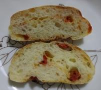 トマト、チーズ入りのパン