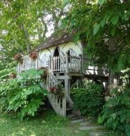 茅葺屋根のツリーハウス