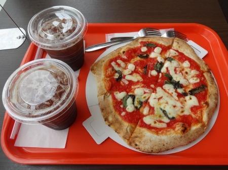アイスコーヒーとピザ