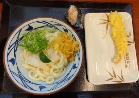 おろし醤油うどん 冷 (並) 350円 + おむすび 鮭 130円+ えび天 150円