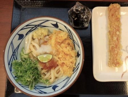 おろし醤油うどん 冷 (並) 350円 + おむすび こんぶ 130円+ ちくわ天 110円