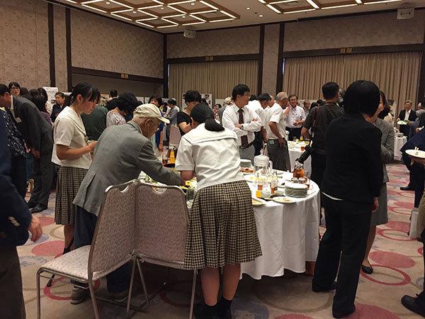 参加NPO法人や支援団体との交流会の立食パーティでの歓談風景
