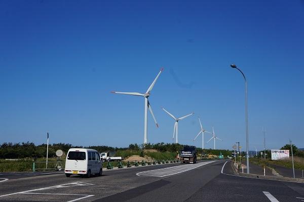 R9号線に建つ北栄町の風力発電