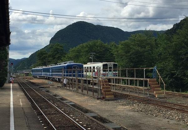 若桜駅に停車中の電車