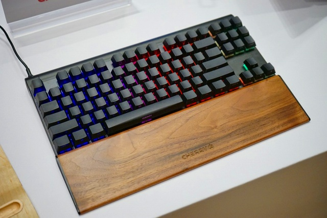 CHERRY_MX_BOARD8_RGB_01.jpg