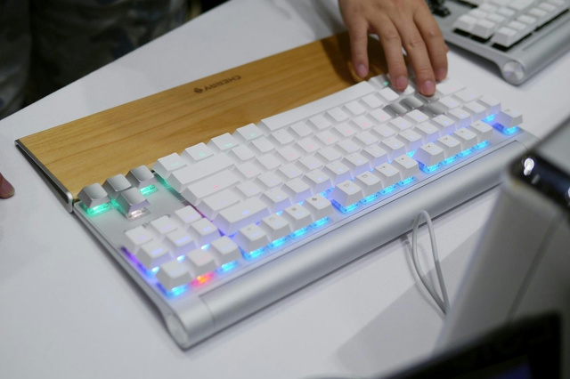 CHERRY_MX_BOARD8_RGB_05.jpg