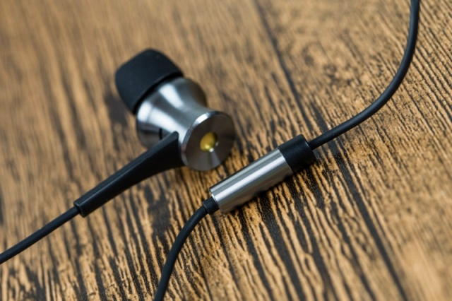 Dual_Driver_LTNG_ANC_In-Ear_Headphones_05.jpg