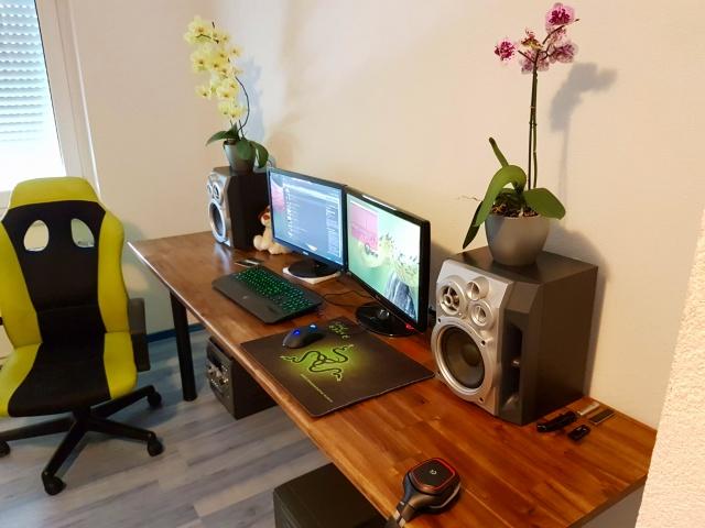 PC_Desk_MultiDisplay92_72.jpg