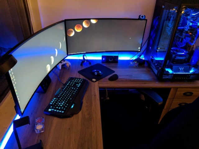 PC_Desk_UltlaWideMonitor21_01.jpg
