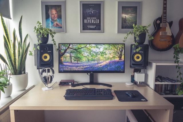 PC_Desk_UltlaWideMonitor21_21.jpg