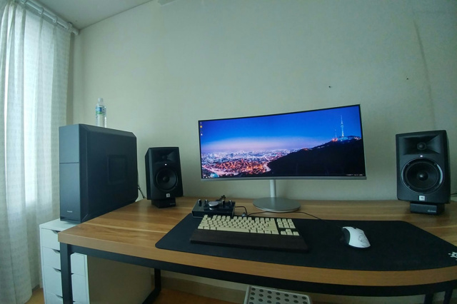 PC_Desk_UltlaWideMonitor21_64.jpg