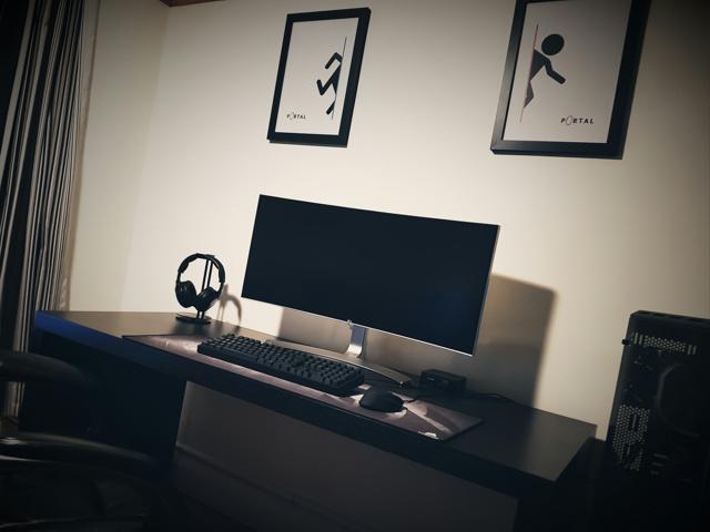 PC_Desk_UltlaWideMonitor21_96.jpg