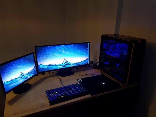 PC_Desk_UltlaWideMonitor22_25.jpg