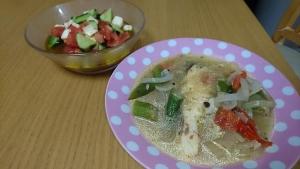 鱈のスープ仕立てとモッツァレラチーズのサラダ