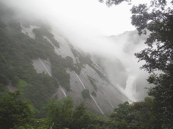 増水の千尋の滝