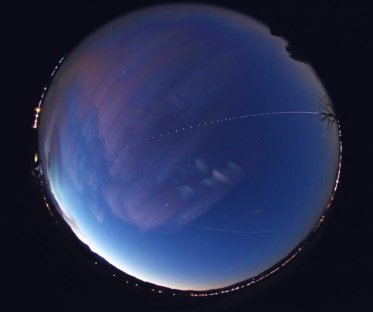 天空を横断するISS