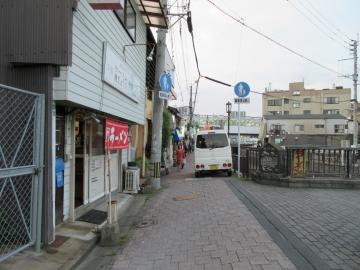 前の通り、正面は折尾駅