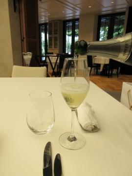 一杯目はスパークリングワインを