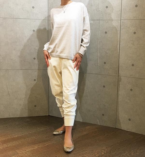 ヴィンスのコットン素材のオフホワイトのジョガーパンツ