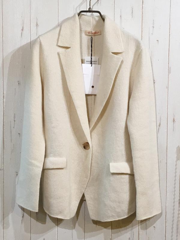 アンビシャスのオフホワイトのニットジャケット