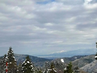 s-を望む齊藤さん、利賀の山上から富山平野