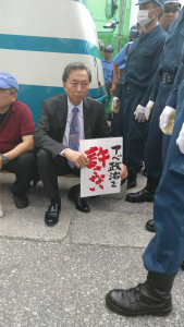 DK3mpMOVwAAJxS6鳩山由紀夫元首相がゲート前に