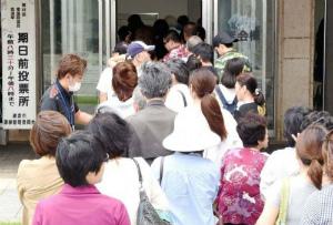 4e384ba0172b445350c8818cca2ad42b期日前投票に訪れた人で行列ができた投票所
