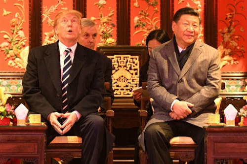 img_afc732bf7eb01a05d93d5bd2c774140a981834紫禁城で天井見上げるトランプ米大統領 中国