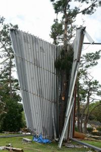 398a81ab632d40897ebe約30メートル先まで吹き飛ばされたプレハブ小屋の屋根