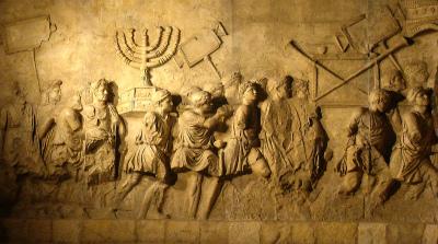 ローマにあるティトゥスの凱旋門の内壁に書かれた、神殿からの戦利品を運ぶローマ軍の凱旋式