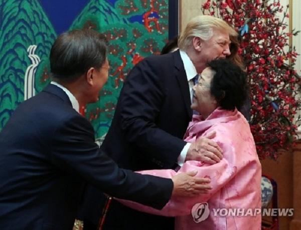 晩餐会では、旧日本軍の従軍慰安婦だった女性も招かれました。少女像の設置運動に参加するなど、海外でも積極的に活動してきた 李容洙(イ・ヨンス)さんです。晩餐会ではトランプ大統領に直接挨拶をし、抱擁する場
