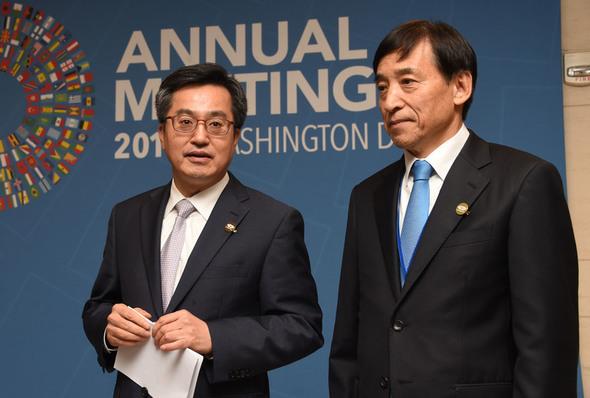 今月13日(現地時間)、ワシントンでキム・ドンヨン副首相兼企画財政部長官(左)とイ・ジュヨル韓国銀行総裁が、米ワシントンで記者団に中国との通貨スワップ契約を3年間延長することで合意した事実を説明している=企画