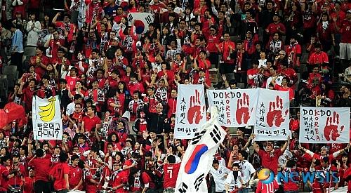 サッカーの日韓戦において韓国サポーターが掲げる独島の領有権を主張する横断幕や日本沈没バナー、日本人を猿扱いする差別的なバナナのバナー等