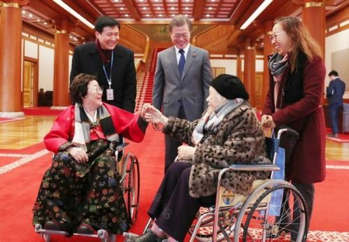 文在寅大統領と夫人のキム・ジョンスク氏が今月4日、日本軍「慰安婦」被害者招待の昼食会