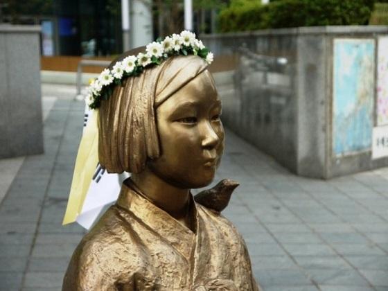 4日、韓国の文在寅大統領が元慰安婦の女性8人との昼食会を開き、「意思に反する合意をしたことを大統領として謝罪する」と述べた。写真はソウルの慰安婦像。