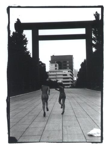 北原みのり、靖国神社で醜い裸を晒して写真撮影