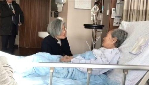 7日、ソウル新村セブランス病院に入院中の金福童(キム・ボクドン)さんに会った康京和(カン・ギョンファ)長官。(写真=尹美香・挺身隊対策協代表のフェイスブック)