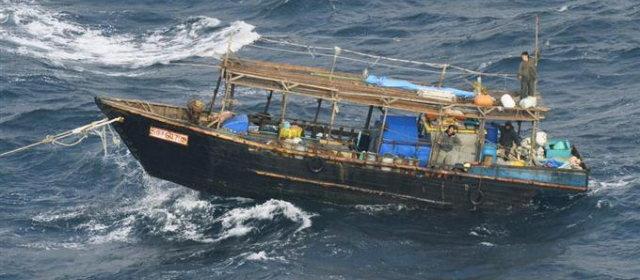 <北朝鮮船>松前沖の木造船、海保が立ち入り 全員帰国希望